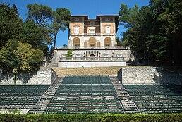 Veduta della villa di Villalago e delle gradinate per i concerti