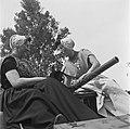 Vrouwen in klederdracht op een pantservoertuig, Bestanddeelnr 900-2846.jpg