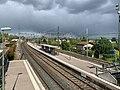 Vue des voies ferrées direction Est depuis la passerelle de la gare de Montluel (Ain, France), mai 2019.jpg