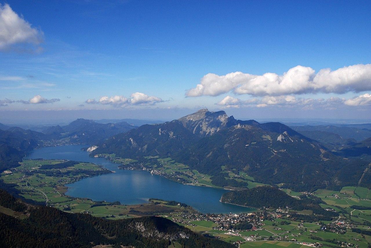 Wolfgangsee von Südosten. Im Hintergrund der Schafberg