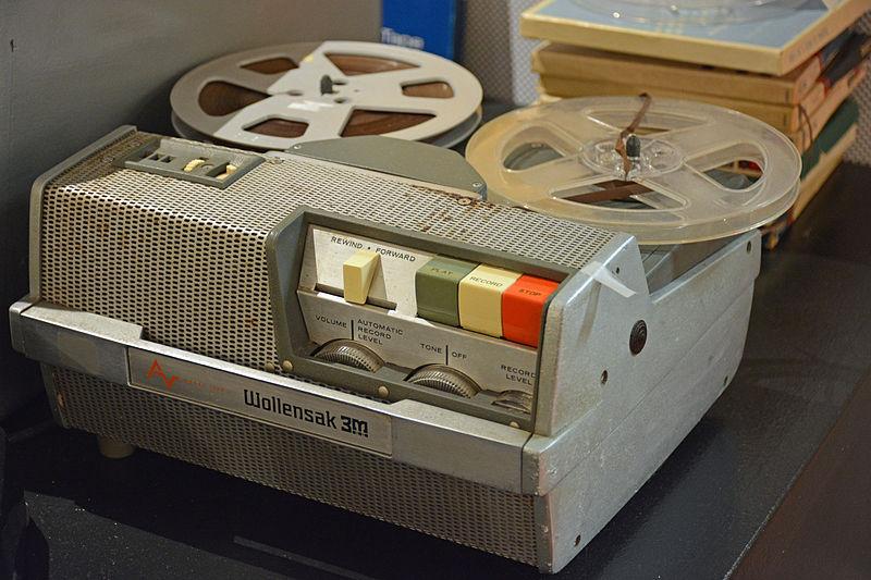 https://upload.wikimedia.org/wikipedia/commons/thumb/f/f8/Wollensak_portable_reel-to-reel_tape_recorder.jpg/800px-Wollensak_portable_reel-to-reel_tape_recorder.jpg