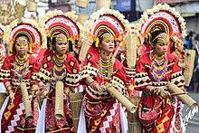 Женщины в традиционной одежде манобо (фестиваль Kaamulan Festival 2017, Букиднон, Филиппины) .jpg