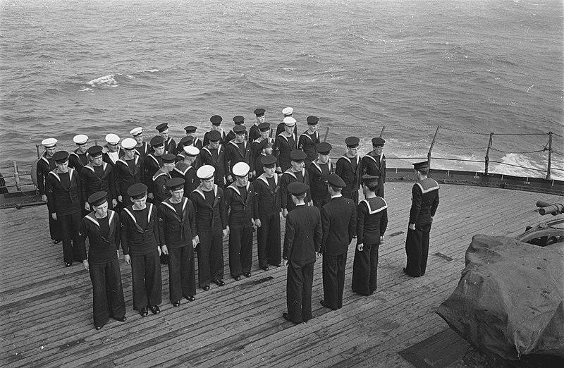 File:Zondagse inspectie van Britse kanonniers en seiners op een Nederlands passagiers, Bestanddeelnr 935-3260.jpg