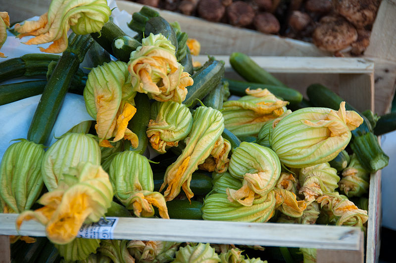 File:Zucchini and blossoms at market on Fondamenta Sant Anna, Castello (6293030821).jpg
