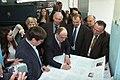 Андрей Черномырдин подписывает печатный лист..JPG