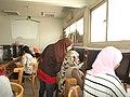 السفيرة عنان أحمد تشرح لأحد الطلبة.jpg