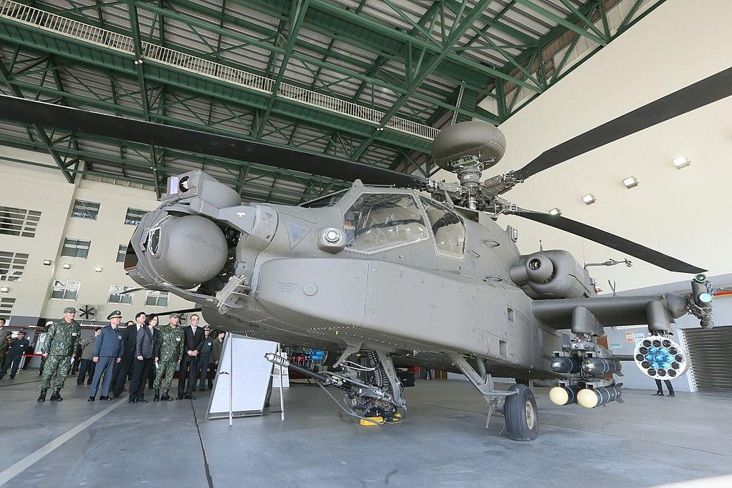 12.30 總統視導「陸軍航空601旅」時,步行至飛機左側靜態展示區瞭解AH-64E直升機及UH-64M直升機的性能 (31857712741).jpg