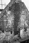 Hoekpand met verdieping en rechte kroonlijst onder schilddak en puntgevel aan achterzijde