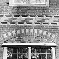 Achtergevel kasteel twee, boog boven venster - Heeswijk - 20334699 - RCE.jpg