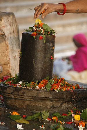 Aniconism - Traditional flower offering to the aniconic Shiva linga in Varanasi