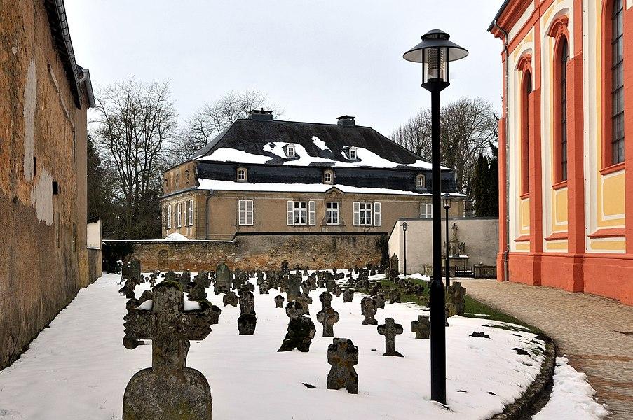 Um Ale Kierfecht bei der Kierch zu Jonglënster.