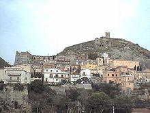 Il Castello di Amantea visto dalla moderna espansione della città.