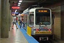 Passeggeri che entrano in un treno della metropolitana