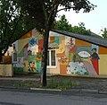 An der Wand dieses Kindergartens sind fast alle modernen Kinderbuchklassiker abgebildet. - panoramio.jpg