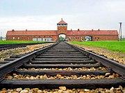 Die Einfahrt zum Vernichtungslager Auschwitz-Birkenau (Fotografie der heutigen Gedenkstätte)