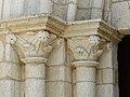 Azerat église portail chapiteaux.JPG