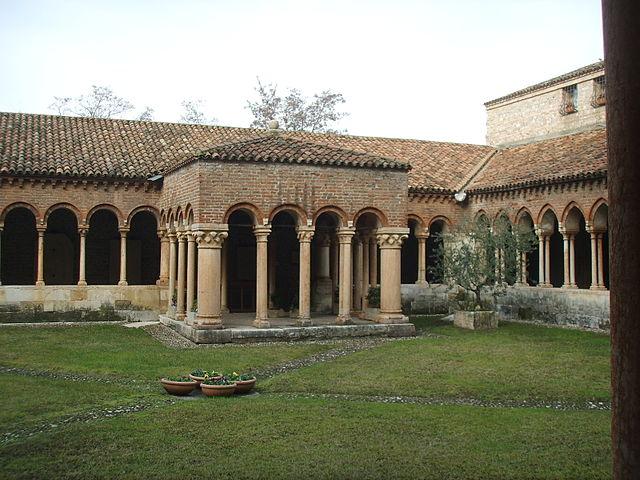 https://upload.wikimedia.org/wikipedia/commons/thumb/f/f9/Basilica_di_san_zeno%2C_chiostro_02.JPG/640px-Basilica_di_san_zeno%2C_chiostro_02.JPG