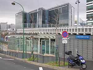 Pont du Garigliano Station - View of the station from adjacent road.