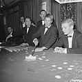 Bezoekers terwijl ze roulette spelen, Bestanddeelnr 918-3445.jpg