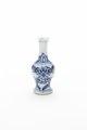 Blå och vit kinesisk miniatyrvas av porslin från 1662-1722 - Skoklosters slott - 93525.tif