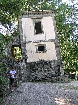 Bomarzo parco mostri casa pendente