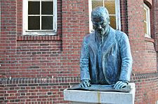 Bronze statue of architect Fritz Schumacher in Eppendorf.jpg