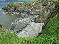 Bucht mit felsiger Brandungsplattform zwischen Cwm-Yr-Eglwys und Newport.jpg