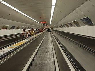 Széll Kálmán tér (Budapest Metro) - Image: Budapešť, Moszkva tér, eskalátorový tunel stanice metra