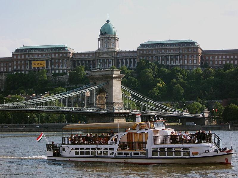 Connaitre la mer et les navires - chroniques et actu - Page 6 800px-Budapest_Castle_with_ship