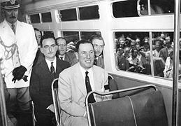 Buenos Aires - Perón en tranvía El Libertador.jpg