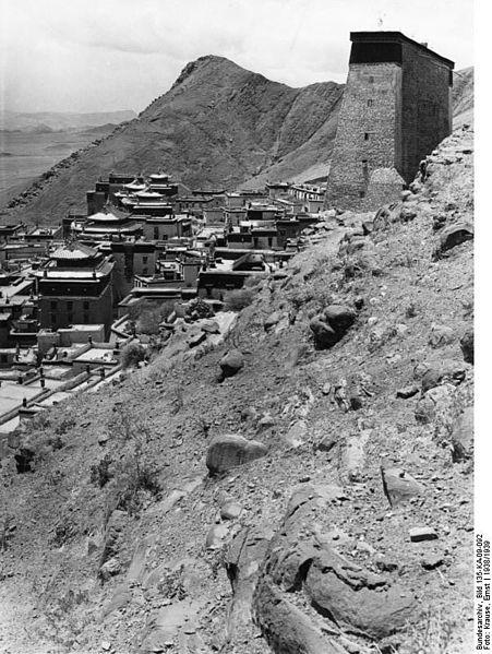 File:Bundesarchiv Bild 135-KA-09-092, Tibetexpedition, Blick auf Kloster Tashi Lhunpo.jpg