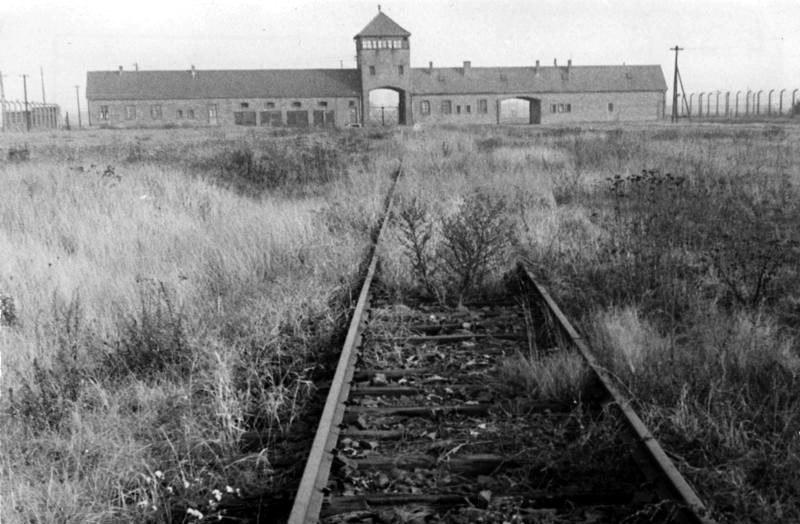 Bundesarchiv Bild 146-1992-101-026A, KZ Auschwitz, Einfahrt