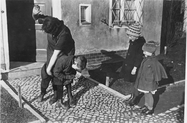 Bundesarchiv Bild 183-R79742, Erziehungsmethode