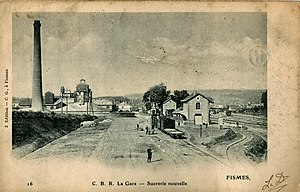 Fismes - A train of the Chemins de fer de la Banlieue de Reims at Fismes station before the First World War, next to a large sugar refinery.
