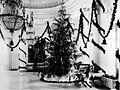 COLLECTIE TROPENMUSEUM Kerstboom en geschenken tijdens Kerstmis in het paleis van de gouverneur-generaal te Buitenzorg TMnr 60019195.jpg