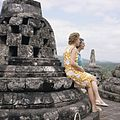COLLECTIE TROPENMUSEUM Toeristen bij de stupa's op de Borobudur TMnr 20027036.jpg