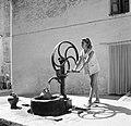 Calella (Costa del Maresme) Jonge vrouw pompt water op straat, Bestanddeelnr 254-0831.jpg