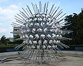 Capelle kunstwerk zilverkleurige bolvorm.jpg