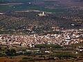 Castell d'Ulldecona amb Ulldecona en primer terme..jpg