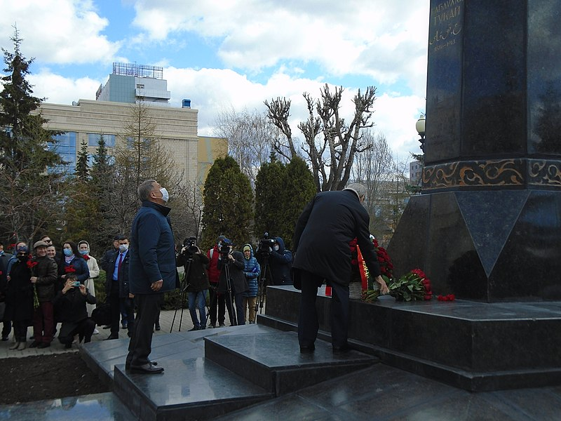 Ceremony of laying flowers at the Gabdulla Tukay monument (2021-04-26) 46.jpg
