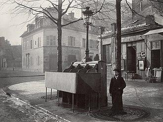 Pissoir - Image: Charles Marville, Urinoir en ardoise à 3 stalles, Chaussée du Maine, ca. 1865