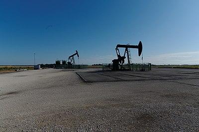 Chevalets de pompage (pumpjack) - Puit de pétrole à Jouy-le-Châtel - panoramio (3).jpg