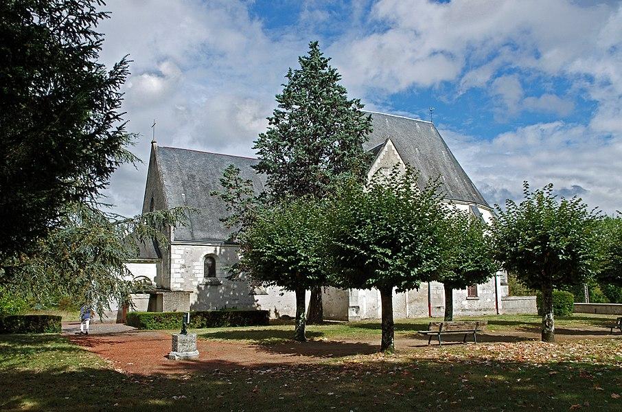Chissay-en-Touraine (Loir-et-Cher)  Eglise Saint-Saturnin (XVe, XVIe et XVIIe siècles).  L'église se trouve au centre de l'ancien village. On en trouve trace dans des écrits datant de 1150. Elle a subit de nombreuses transformations.   L'église, qui appartenait depuis au moins 1156 à l'abbaye de Villeloin, a été reconstruite aux XVe et XVIe siècles par Pierre Bérard, trésorier de France sous Charles VII (1446-1465) et ses descendants seigneurs de Chissay.   La nef et la chapelle nord sont du XVe.Le choeur et la chapelle sud datent du XVIe. Le porche est du XVIIe.   La tourelle d'escalier est appuyée contre le mur nord. La travée centrale date du deuxième quart du XVIe.  L'église a pour particularité de ne pas avoir de clocher. Les cloches ont donc été placées dans le comble du choeur, côté nef. Les cloches se nomment Marie-Louise installée en 1816 et Marie-Madeleine installée en 1897.