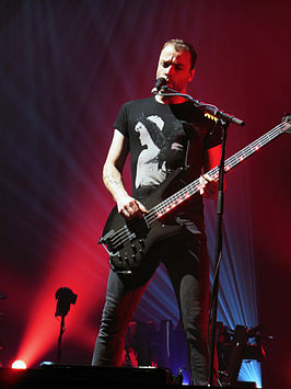 Christopher Wolstenholme tijdens een concert van The 2nd Law Tour in 2013.