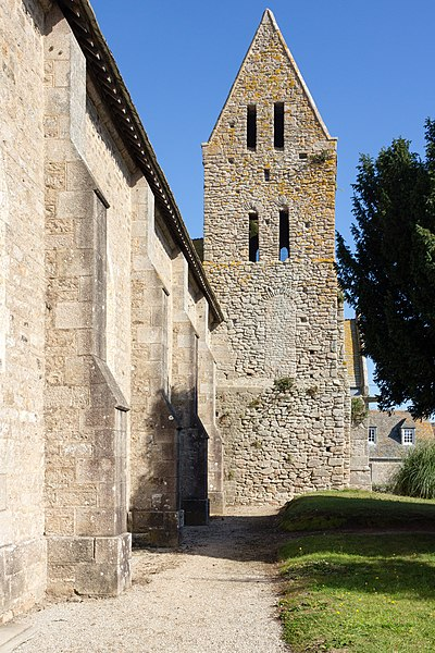Face ouest du clocher roman de l'église saint Pierre à Gatteville-le-Phare (France)