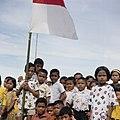 Collectie NMvWereldculturen, TM-20025956, Dia- Kinderen met de Indonesische vlag tijdens de viering van Onafhankelijkheidsdag, Boy Lawson, 17-08-1971.jpg