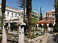 Columnes jòniques al barri de Plaka i església de santa Caterina, Atenes.JPG