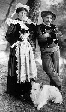 EL HILO DE LOS AMIGUETES XIII - Página 39 220px-Costume_traditionnel_bretagne_couple_grand