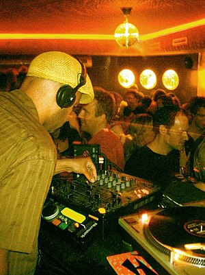 Nightmares on Wax - Image: DJ E.A.S.E. (Nightmares on Wax) at Sidarta Lounge