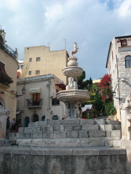 File:DSC00854 - Taormina - Fontana in pzza del Duomo -1635- - Foto di G. DallOrto.jpg
